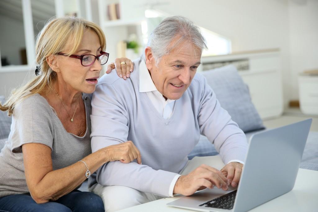 Älteres Ehepaar auf Wohnungssuche